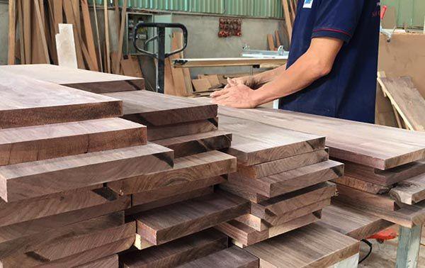 Lọc và phân loại gỗ theo yêu cầu sử dụng là bước cuối cùng quy trình sản xuất chế biến gỗ óc chó _ Nadu Furniture