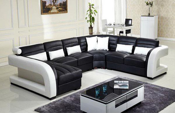 Gối tựa lưng màu trắng kết hợp với sofa đen làm phòng khách thêm sang trọng