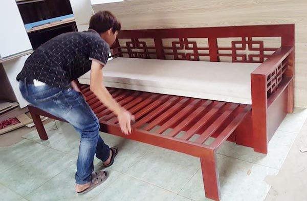 Mẫu ghế sofa giường gỗ kéo đang được nhiều gia đình ưa chuộng
