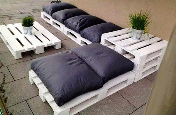 Mẫu sofa ở góc hiên vô cùng đơn giản