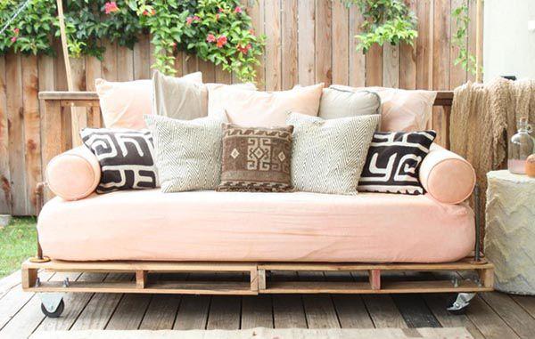 Sofa gỗ kê ở góc vườn cho không gian nghỉ ngơi thư giãn