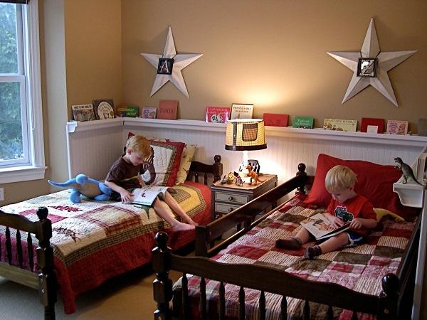 Thiết kế phòng ngủ cho 2 bé trai với gam màu đậm, nóng