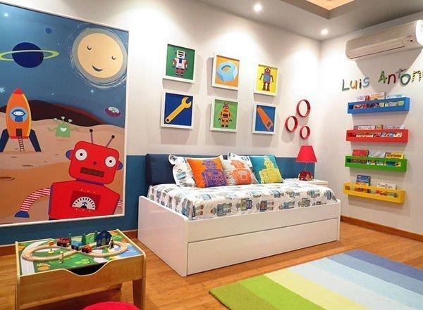 Phòng ngủ cho bé trai với các bức tranh họa tiết robot