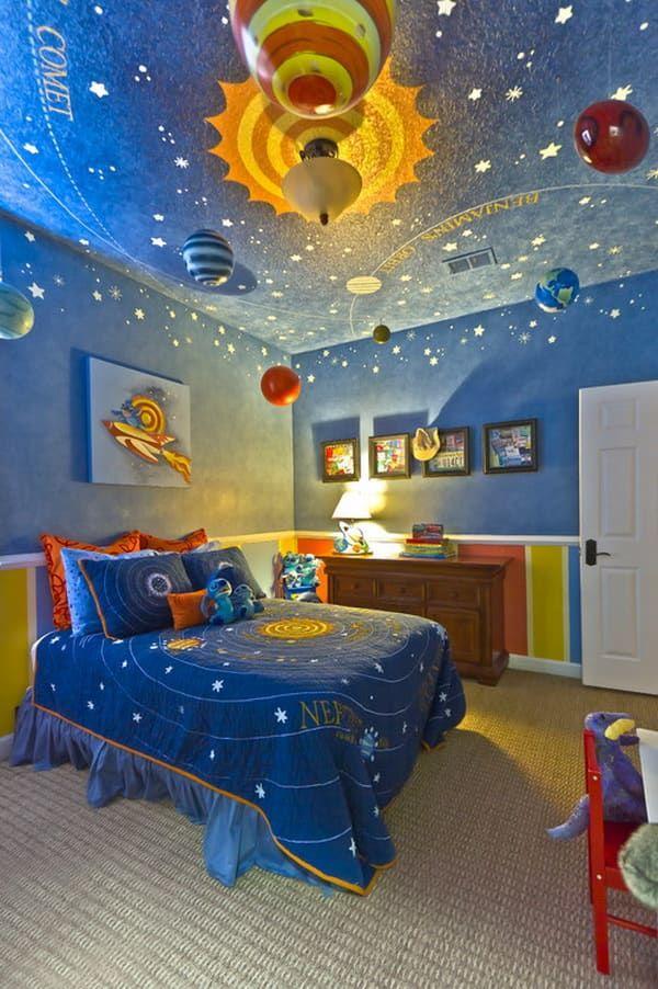 Phòng ngủ được trang trí bằng hình ảnh dải ngân hà với màu xanh đen là chủ đạo