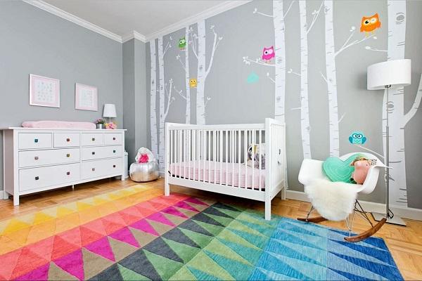 Sử dụng các tấm thảm nhiều màu sắc để trang trí phòng cho bé trai